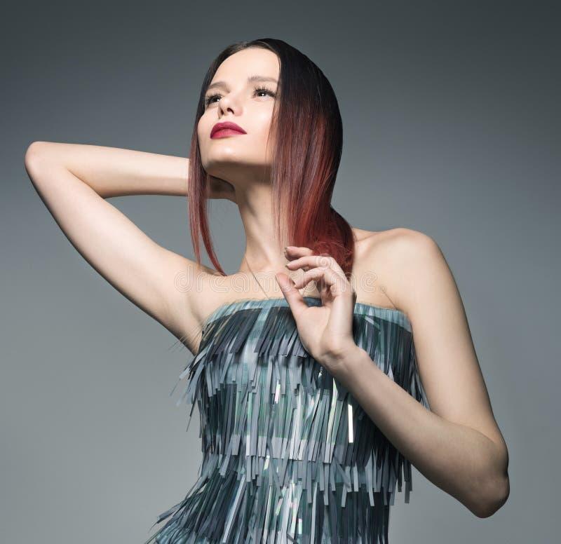 Ritratto di modo del primo piano della giovane donna che posa in un bello vestito grigio fotografie stock