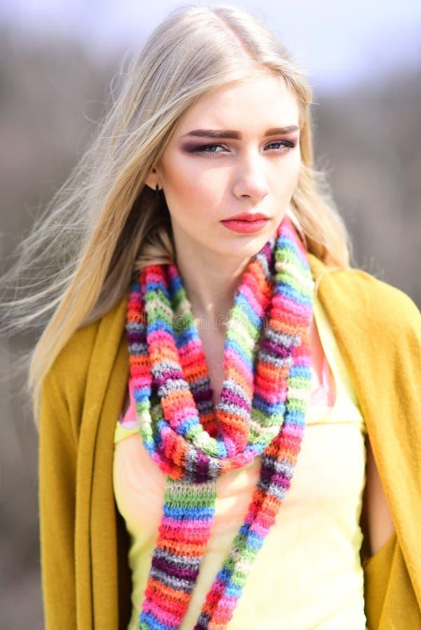 Ritratto di modo della donna blog di mantenimento di modo della donna Ragazza hip-hop con capelli alla moda Donna dei pantaloni a immagini stock libere da diritti