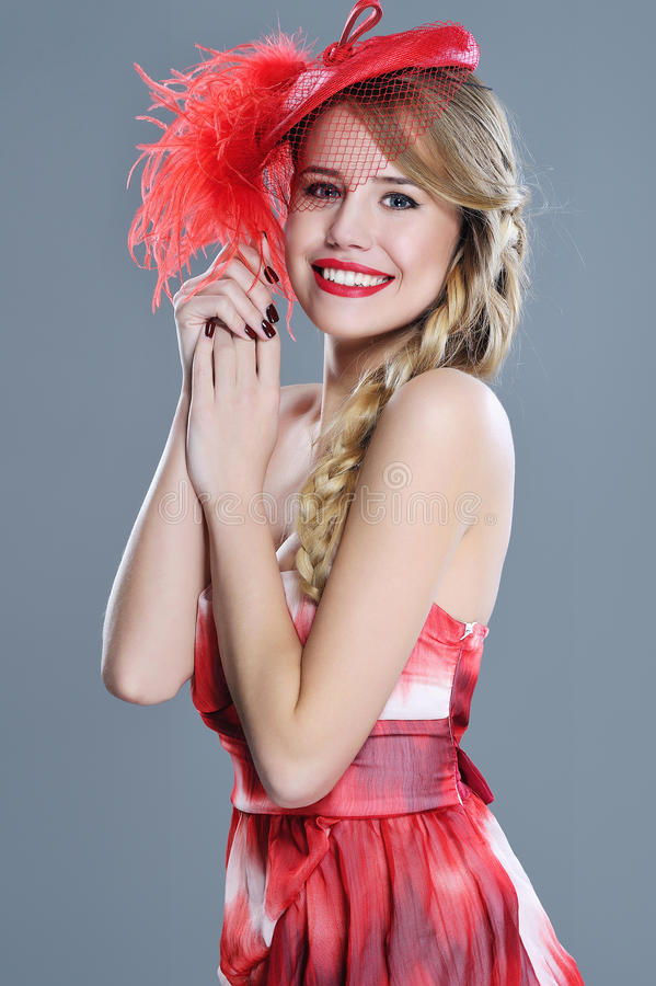 Ritratto di modo della donna in cappello d'annata rosso con le piume fotografie stock