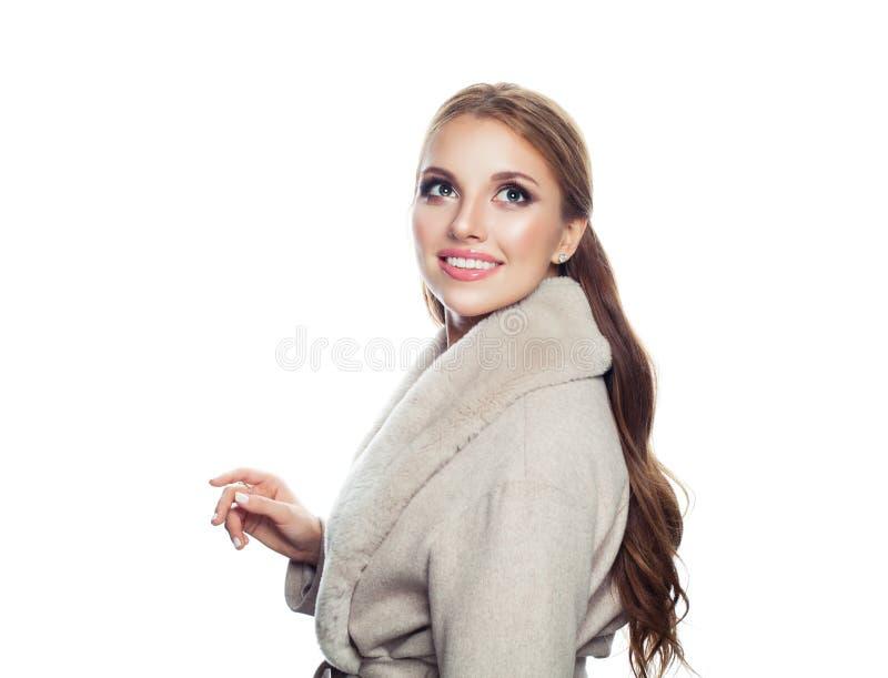 Ritratto di modo della donna di modello graziosa in cappotto di stagione isolato su fondo bianco Ragazza perfetta che cerca e che immagini stock libere da diritti
