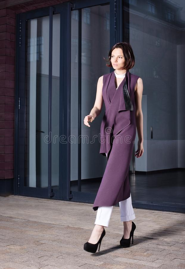 Ritratto di modo della via di bella giovane donna in vestito porpora immagini stock libere da diritti