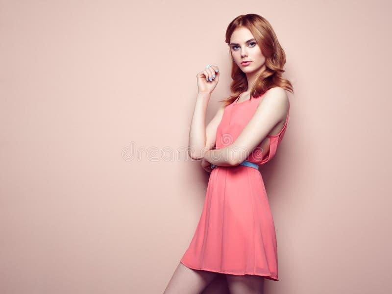 Ritratto di modo di bella giovane donna in un vestito da estate immagine stock