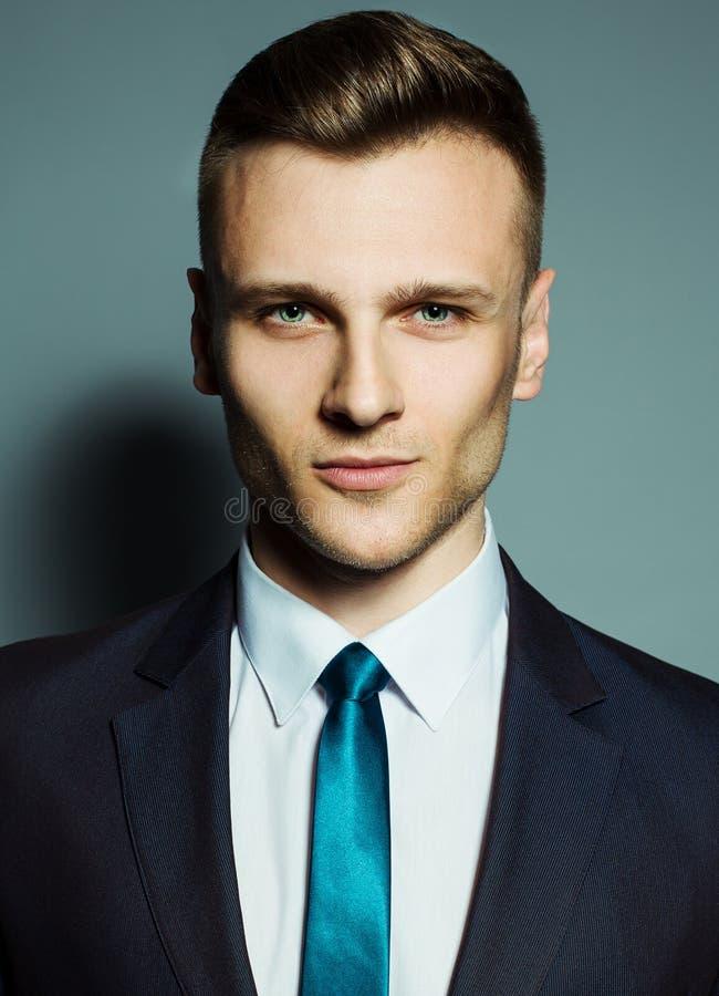 Ritratto di modo di giovane uomo bello elegante immagini stock
