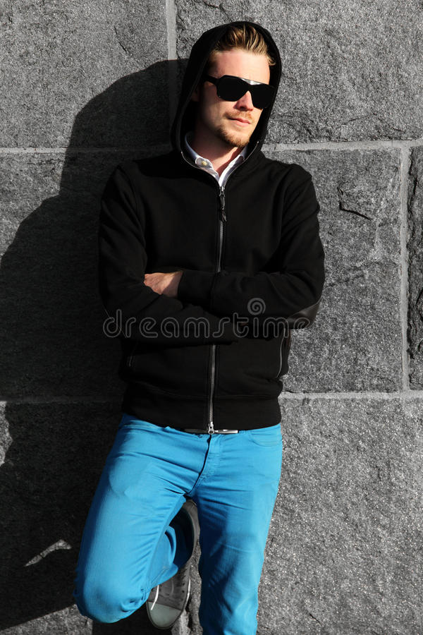 Ritratto di modo di un uomo in occhiali da sole fotografia stock