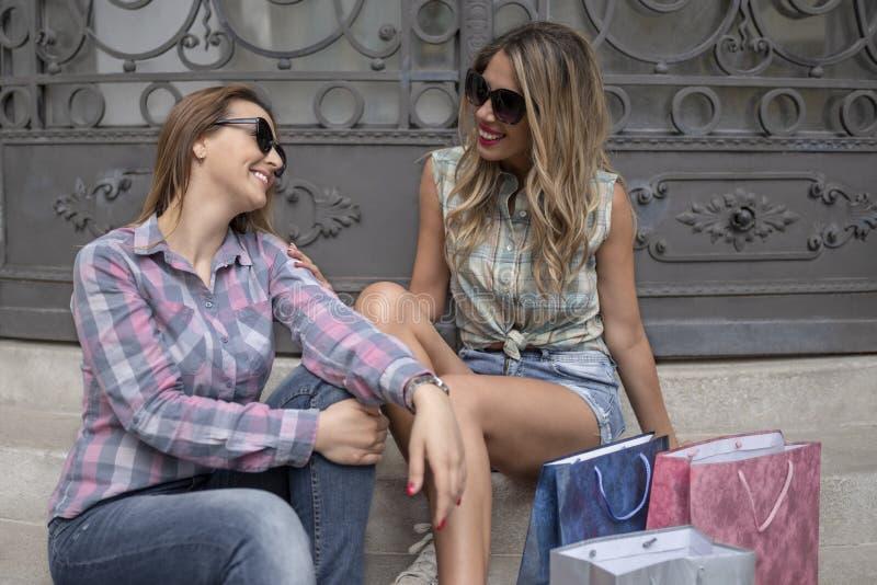 Ritratto di modo di giovani belle donne con i sacchetti della spesa immagine stock