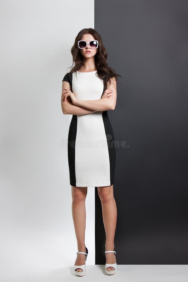 Ritratto di modo di una donna giovane bello vestito dalla ragazza in bianco e nero che posa nello studio fotografie stock libere da diritti