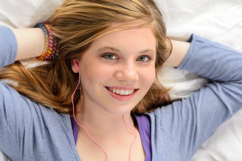 Ritratto di musica d'ascolto di rilassamento della ragazza fotografie stock libere da diritti
