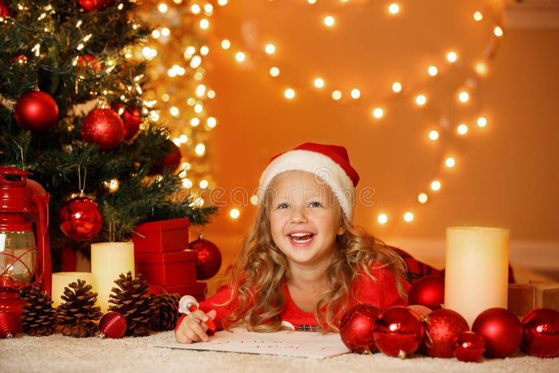 Ritratto di Natale della ragazza felice a casa immagine stock