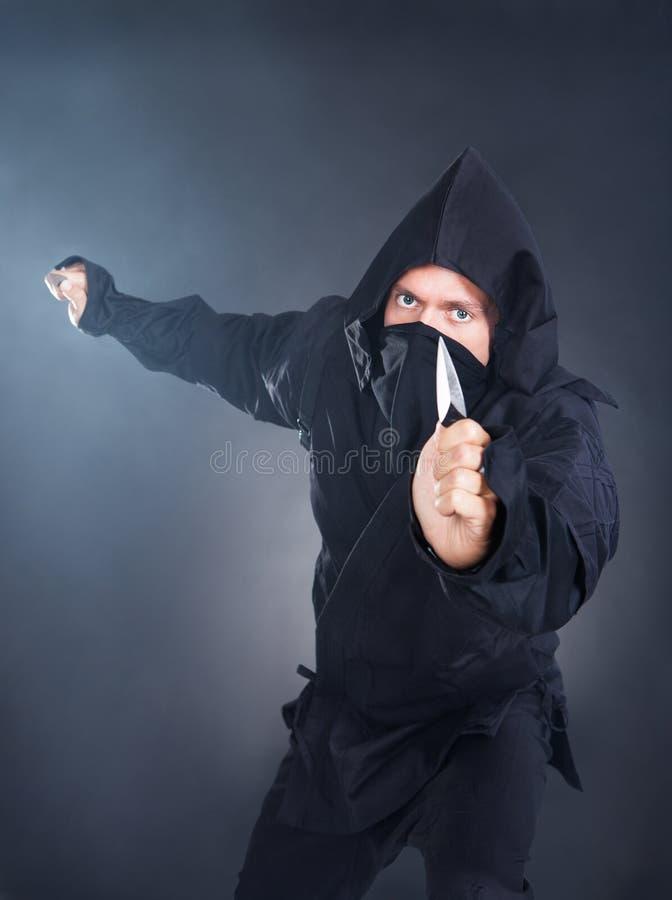 Ritratto di Ninja maschio With Sword fotografia stock libera da diritti