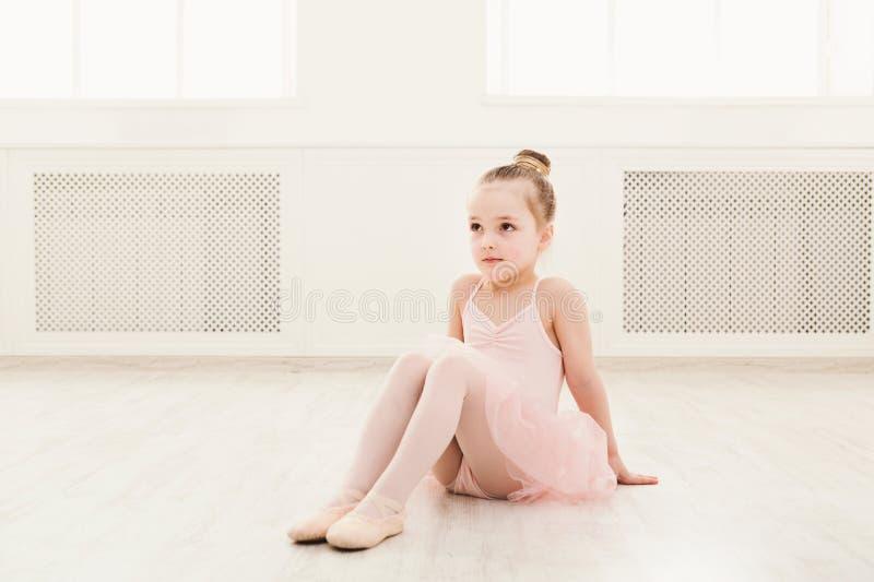 Ritratto di piccola ballerina sul pavimento, spazio della copia fotografia stock libera da diritti