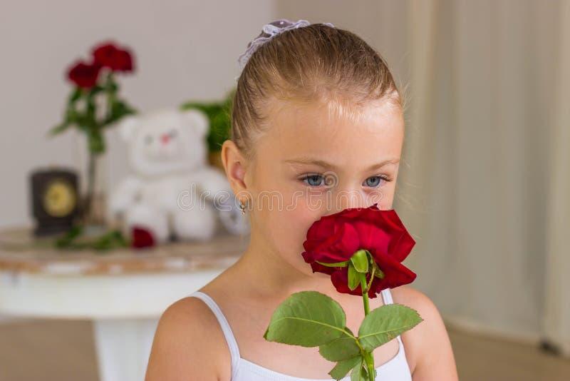 Ritratto di piccola ballerina sveglia su oscillazione immagine stock libera da diritti