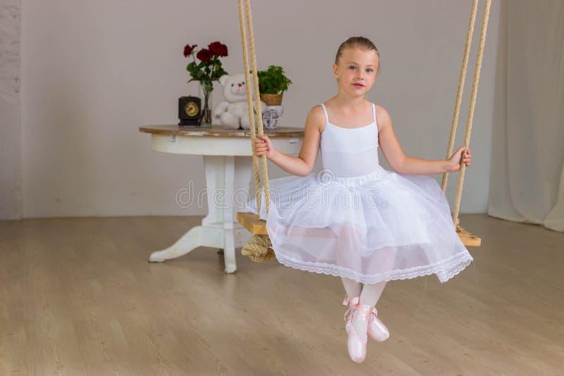 Ritratto di piccola ballerina sveglia su oscillazione immagini stock libere da diritti