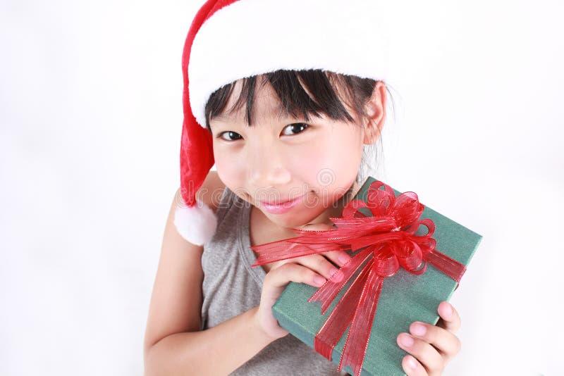 Ritratto di piccola ragazza asiatica sveglia che porta cappello rosso fotografia stock libera da diritti