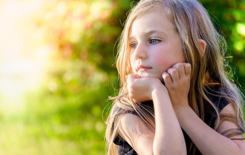 Ritratto di piccola ragazza bionda al tramonto immagini stock