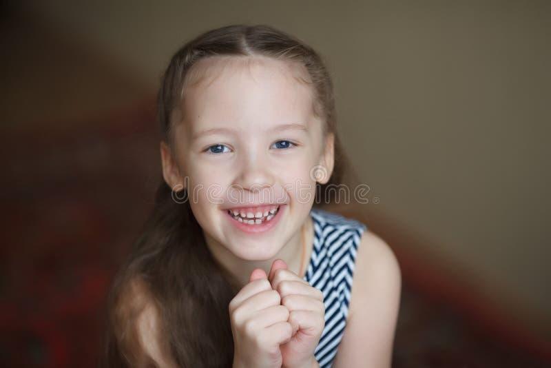 Ritratto di piccola ragazza felice sveglia, sorridente e posante fotografie stock