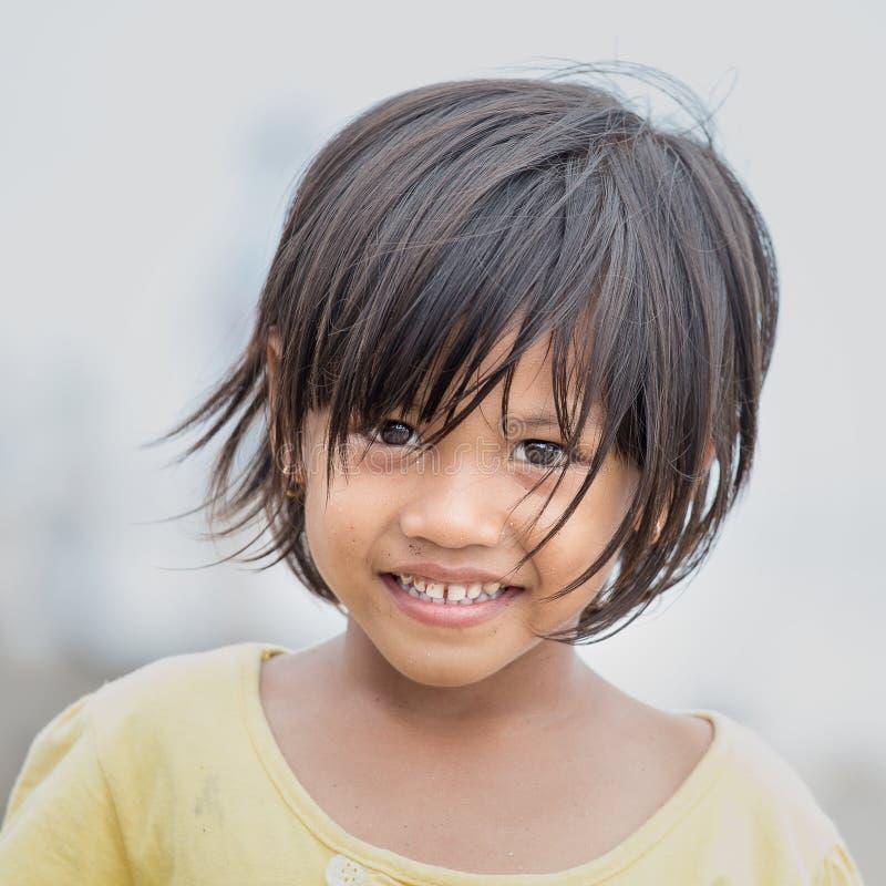 Ritratto di piccola ragazza indonesiana alle vie fotografia stock