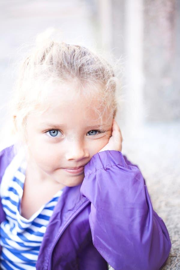 Ritratto di piccola ragazza sorridente sveglia fotografie stock