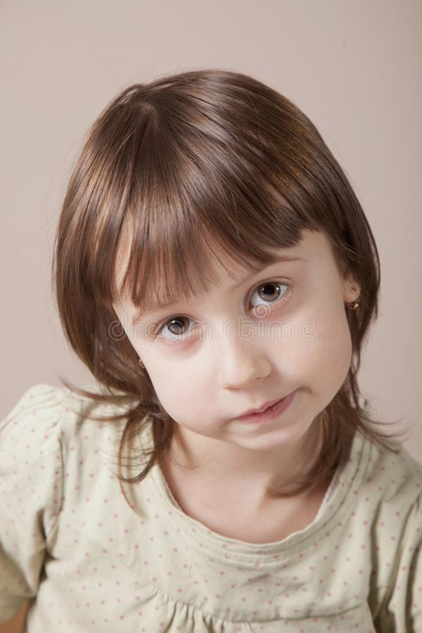 Ritratto di piccola ragazza sveglia del bambino con uno sguardo scettico come se voglia dire: Rispetti prego i diritti dei bambin fotografia stock libera da diritti