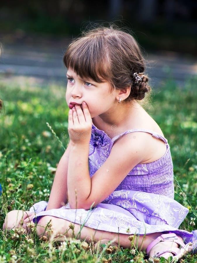Ritratto di piccola ragazza triste immagini stock libere da diritti