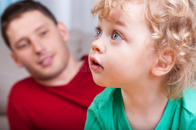 Ritratto di piccolo bambino con il papà fotografia stock libera da diritti