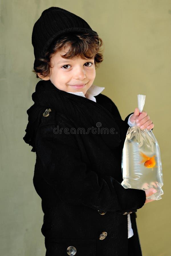 Ritratto di piccolo ragazzo alla moda fotografie stock