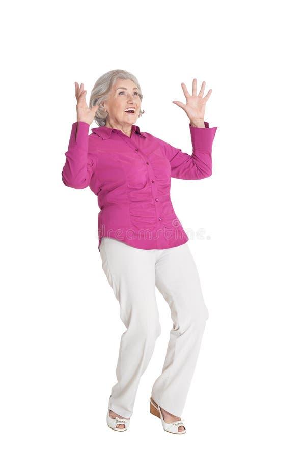 Ritratto di posa senior sorpresa della donna isolato su fondo bianco immagine stock libera da diritti