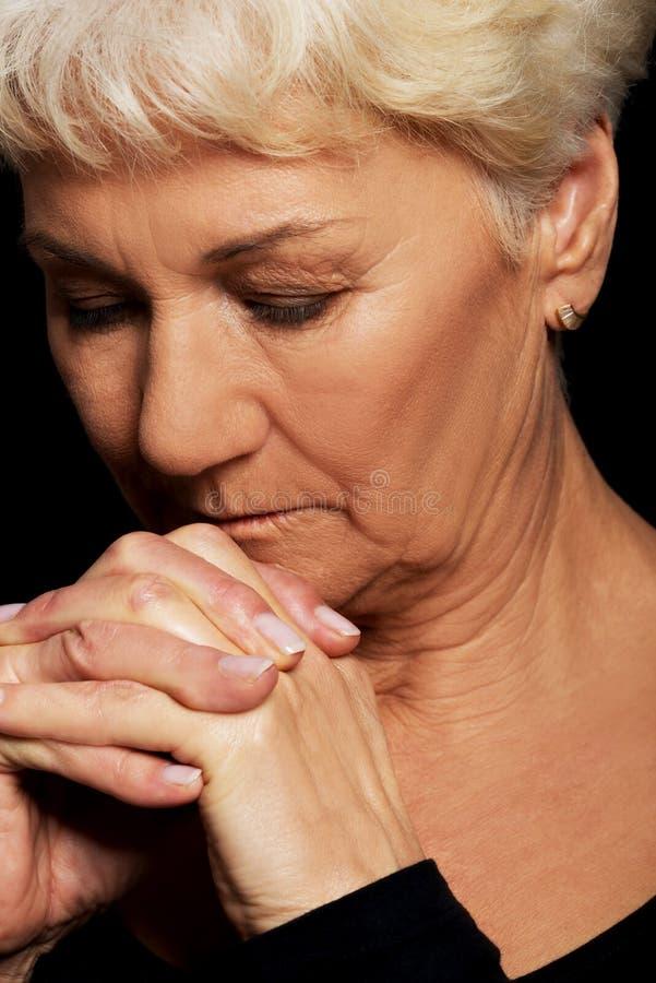 Ritratto di pregare della donna anziana. fotografie stock libere da diritti