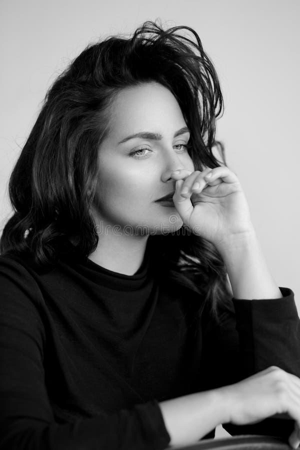 Ritratto di profilo di giovane donna caucasica meravigliosa, ritenente cattivo, contro backgorund bianco fotografie stock