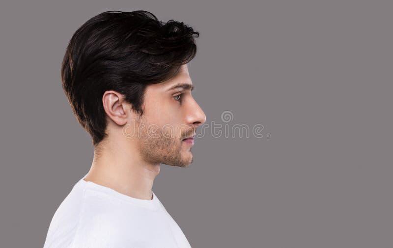 Ritratto di profilo di giovane uomo caucasico bello fotografia stock