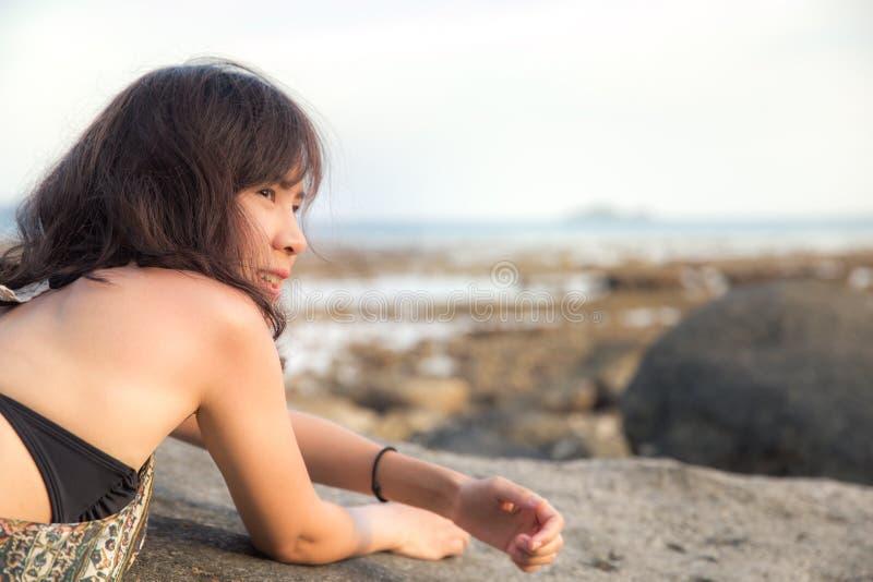 Ritratto di rilassamento sorridente della bella donna asiatica sulla spiaggia di estate fotografia stock