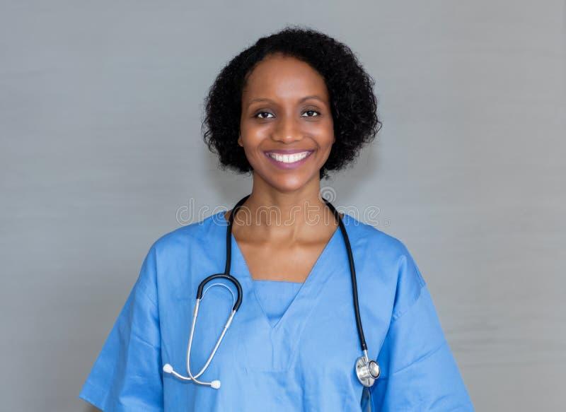 Ritratto di risata dell'infermiere afroamericano fotografie stock libere da diritti