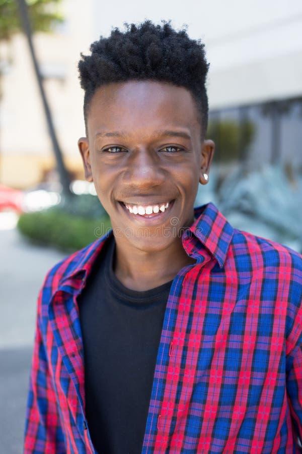 Ritratto di risata dell'uomo afroamericano fotografie stock libere da diritti