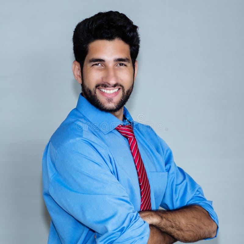 Ritratto di risata dell'uomo d'affari dell'America latina dei pantaloni a vita bassa fotografia stock