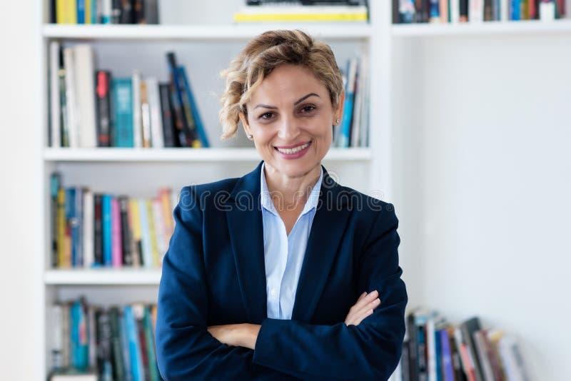 Ritratto di risata della donna di affari matura immagini stock libere da diritti