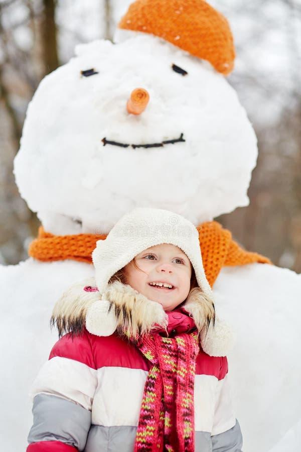 Ritratto di ritratto a mezzo busto della bambina sorridente fotografia stock libera da diritti
