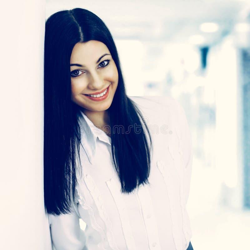 Ritratto di riuscita donna di affari sul brigh del fondo immagini stock