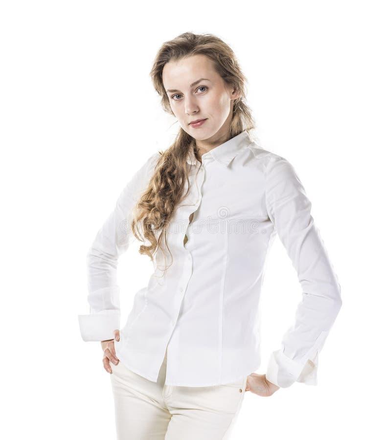Ritratto di riuscita donna di affari in un pantsuit bianco alla moda sopra un fondo bianco fotografia stock