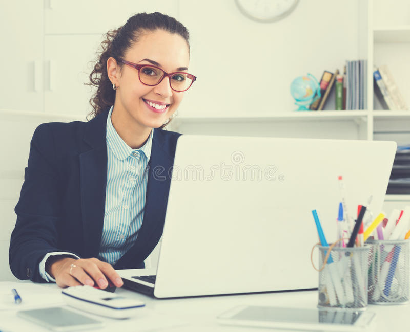 Ritratto di riuscita donna di affari in ufficio fotografia stock libera da diritti