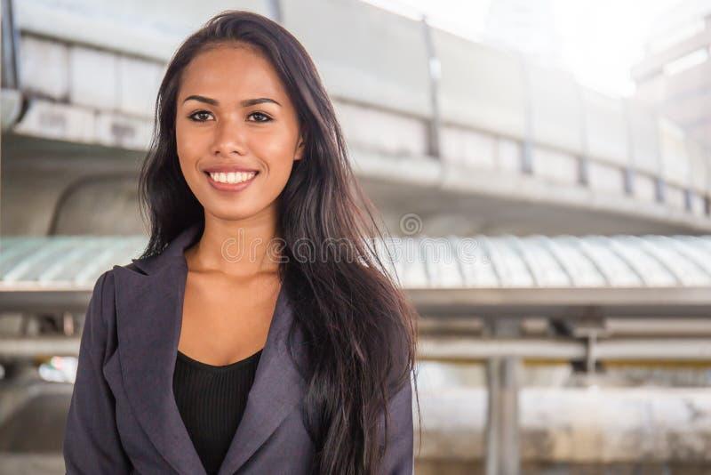 Ritratto di riuscita via asiatica matura felice della donna di affari all'aperto fotografia stock libera da diritti