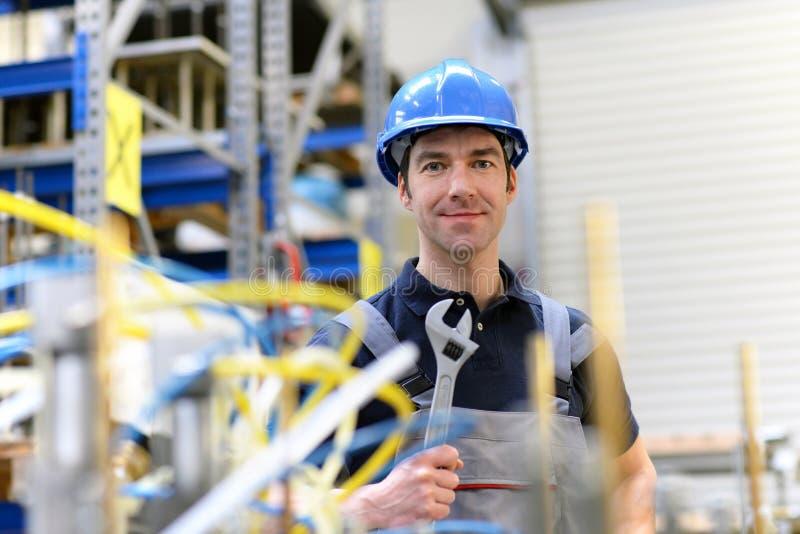 Ritratto di riuscito operaio in una società industriale, nel lavoro immagine stock libera da diritti