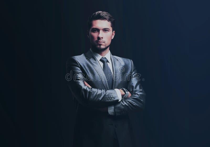Ritratto di riuscito uomo d'affari sul backgro nero immagine stock