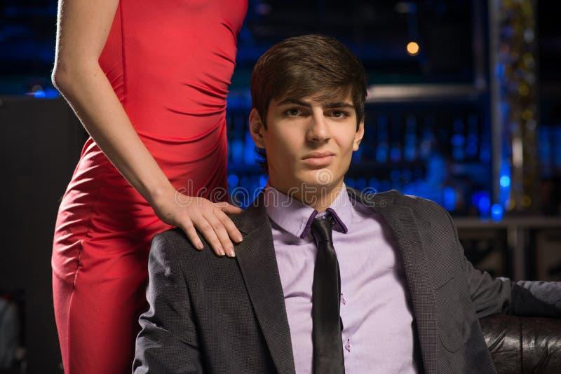Ritratto di riuscito uomo in un night-club immagini stock libere da diritti