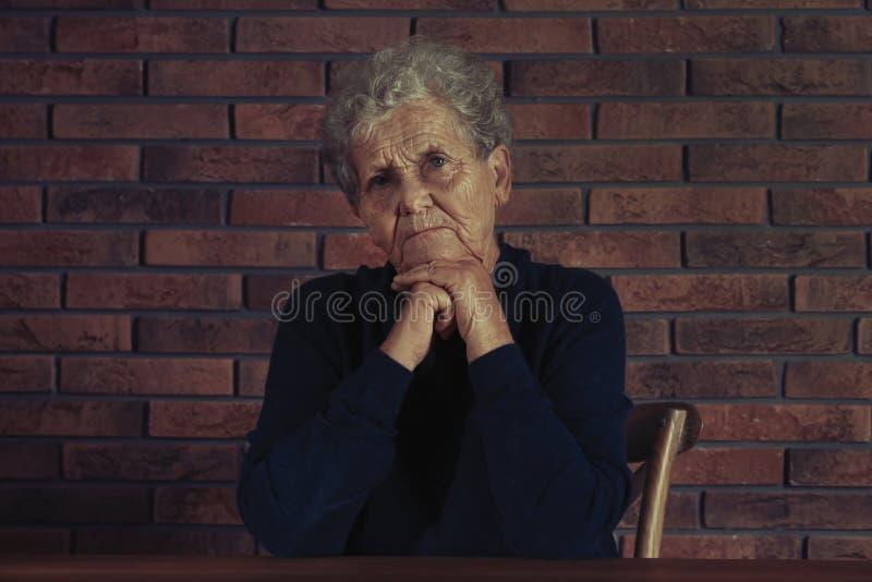Ritratto di seduta anziana difficile della donna fotografia stock