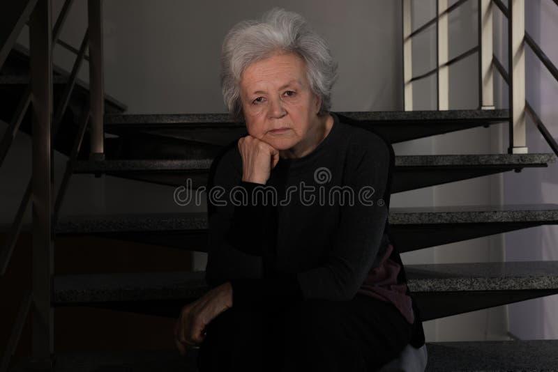 Ritratto di seduta matura difficile della donna fotografie stock libere da diritti