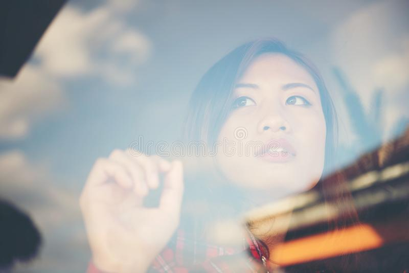 Ritratto di seduta triste della giovane donna vicino ad una finestra a casa fotografia stock libera da diritti