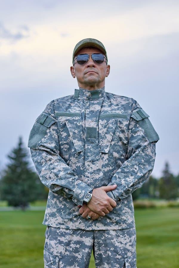 Ritratto di sergente coraggioso all'aperto fotografia stock