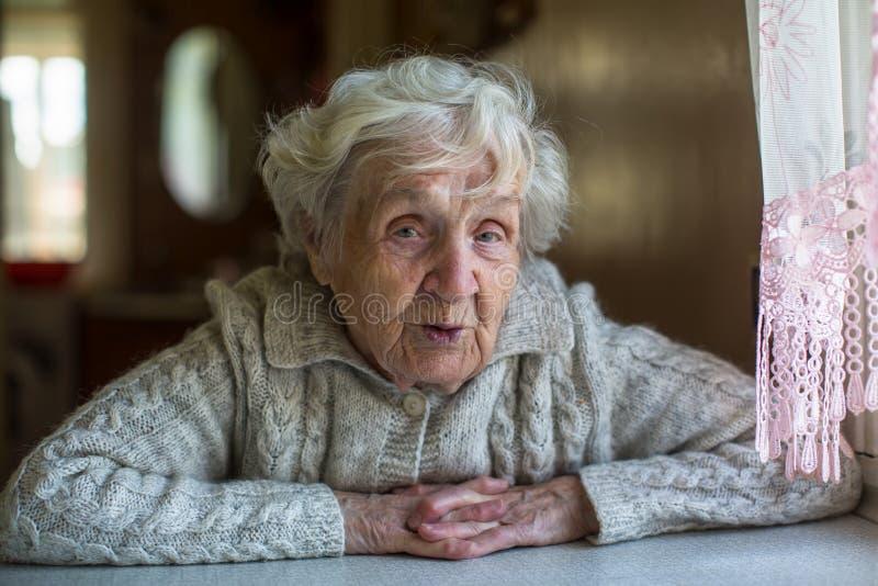 Ritratto di signora anziana del pensionato con uno sguardo ironico fotografie stock libere da diritti