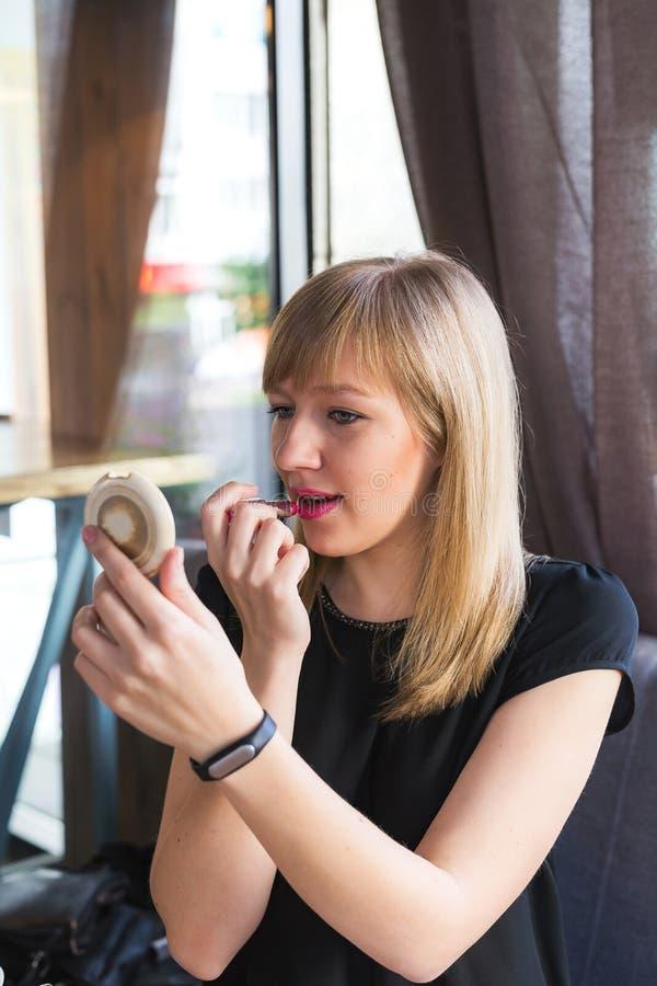 Ritratto di signora sexy attraente che rouging le sue labbra fotografie stock