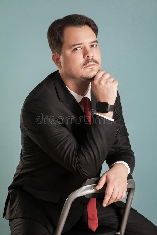 Ritratto di sogno e del lookin di seduta dell'uomo d'affari del tiro sostituto fotografie stock