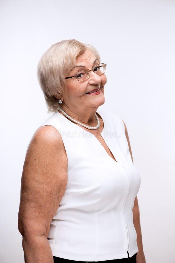 Ritratto di sorridere adorabile della nonna immagini stock